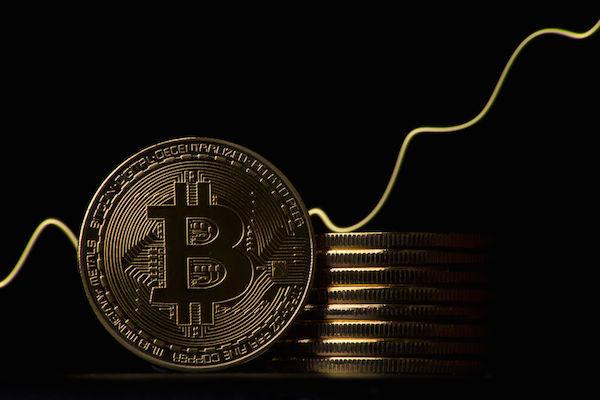 Bitcoin sobe 10% em uma hora e desperta mercado das criptomoedas