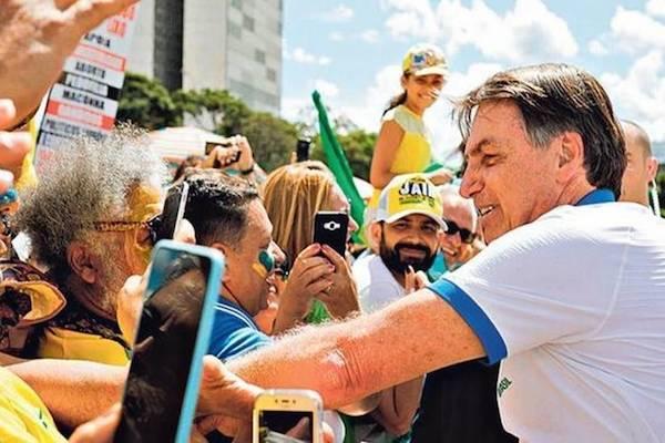 """Bolsonaro vê """"histeria"""" com coronavírus e diz que """"economia não pode parar"""""""